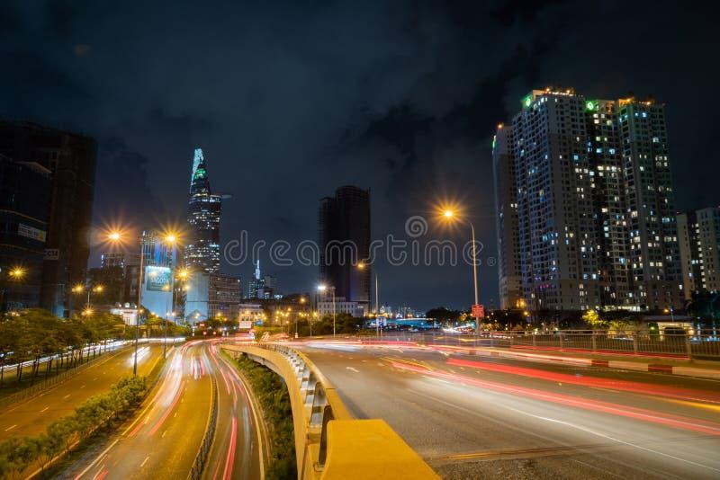 Saigon Cityscape Noite Metrópolis Urbana com estrada iluminada e Torre Financeira Bitexco em Segundo Plano Saigon fotografia de stock royalty free