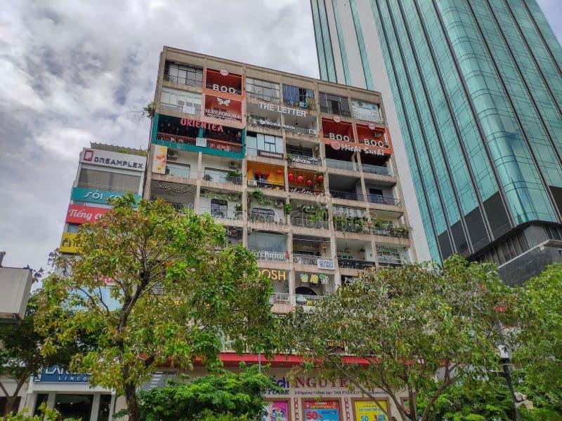 SAIGON DE HO CHI MINH CITY, VIETNAME - EM JULHO DE 2019: A construção perto do comitê de Ho Chi Minh City People foto de stock