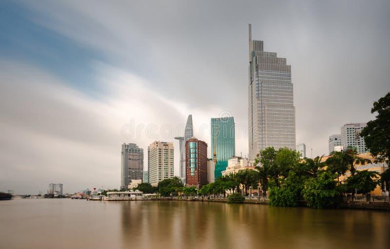 Saigon Financial Tower Skyline Riverside Cityscape Financial Towers med höga höjder Föroreningar i en storstad Ho Chi Minh, Vietn royaltyfri foto