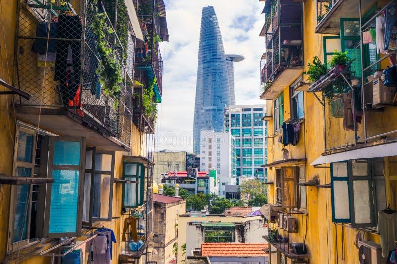 Saigon, Ho Chi Minh-stads moderne wolkenkrabber en oud flatgebouw, Asia Pacific, Vietnam stock fotografie