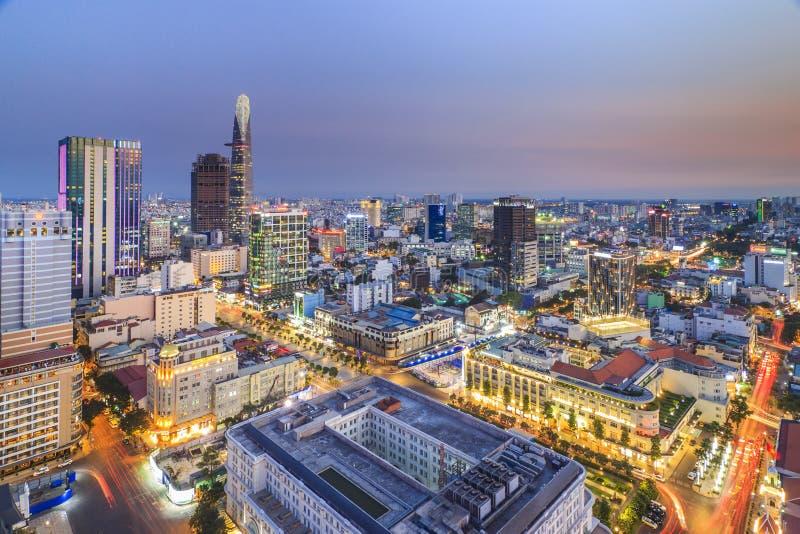 SAIGON VIETNAM - APRIL 08, 2016 - intrycklandskap av den Ho Chi Minh staden på natten arkivbild