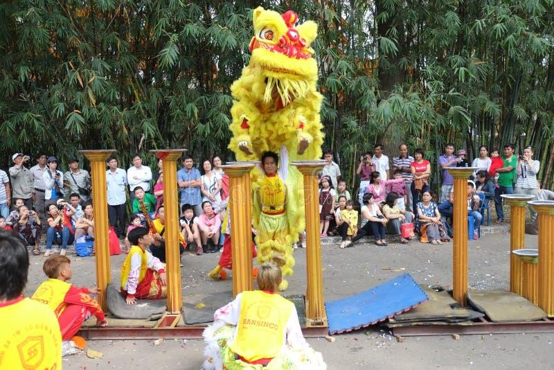 Saigon, Vietnam - 3 de febrero de 2014: Baile del unicornio en los pilares Mai Hoa Thung de la flor en Tao Dan Park imagenes de archivo