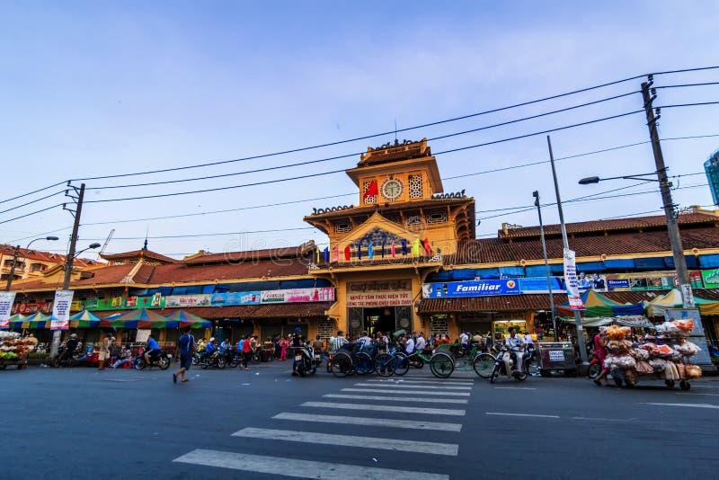 SAIGON, VIETNAM - 5 de junio de 2016 - entrada delantera el viejo mercado tradicional de Cho Binh Tay en el distrito de Chinatown imagen de archivo
