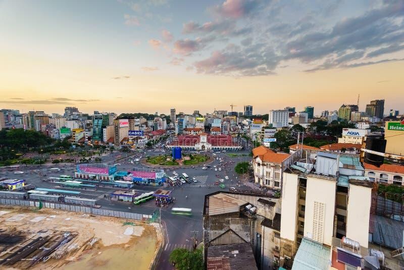 Saigon, Vietnam - 09 December 2014: Voorkant van Ben Thanh-markt en de omgeving in zonsondergang, Saigon, Vietnam stock afbeeldingen