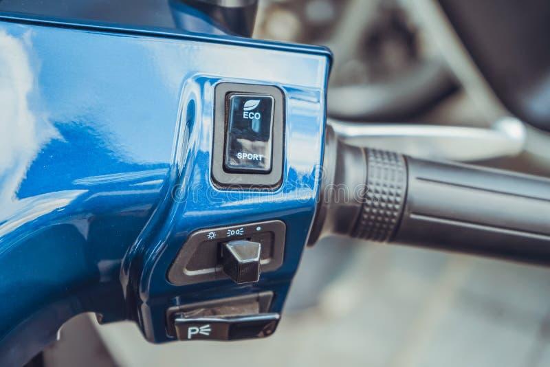 SAIGON/VIETNAM, EL 27 DE NOVIEMBRE DE 2018 - calificado como 'eScooter elegante, 'el VinFast Klara se jacta 3G e integración y sm fotografía de archivo libre de regalías
