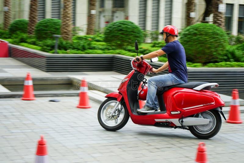 SAIGON/VIETNAM, EL 27 DE NOVIEMBRE DE 2018 - calificado como 'eScooter elegante, 'el VinFast Klara se jacta 3G e integración y sm imagenes de archivo