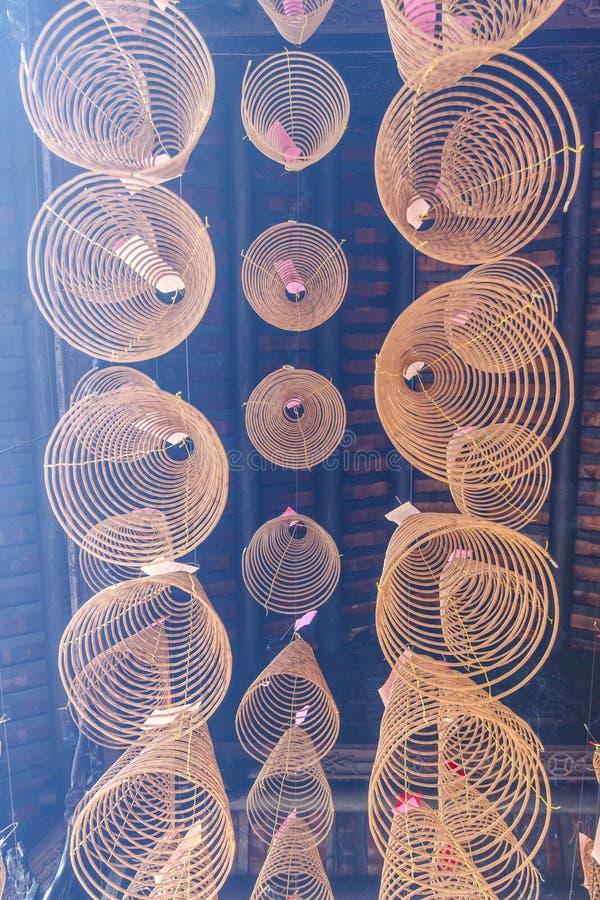 SAIGON, VIETNAM - 13 febbraio 2018 - incenso a spirale attacca pendere dal soffitto nella pagoda di Thien Hau, dedicata al mare c fotografia stock libera da diritti
