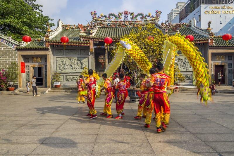 SAIGON, VIETNAM - 15 februari, 2018 - Draak en leeuwdans toont in Chinees nieuw jaarfestival stock fotografie
