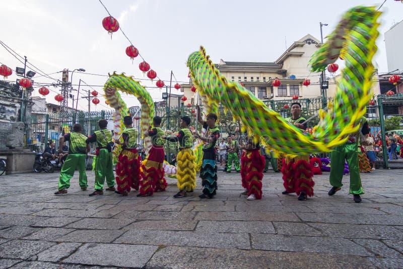 SAIGON, VIETNAM - 15 februari, 2018 - Draak en leeuwdans toont in Chinees nieuw jaarfestival stock afbeelding
