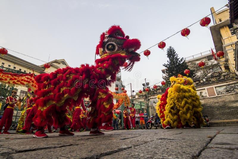 SAIGON, VIETNAM - 15 februari, 2018 - Draak en leeuwdans toont in Chinees nieuw jaarfestival stock afbeeldingen