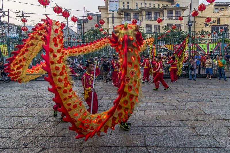 SAIGON, VIETNAM - 15 februari, 2018 - Draak en leeuwdans toont in Chinees nieuw jaarfestival royalty-vrije stock foto
