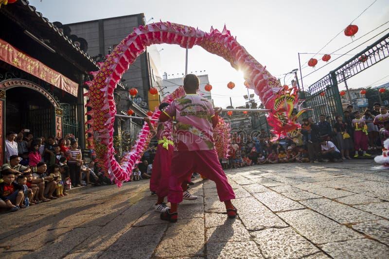 SAIGON, VIETNAM - 15 februari, 2018 - Draak en leeuwdans toont in Chinees nieuw jaarfestival royalty-vrije stock afbeeldingen