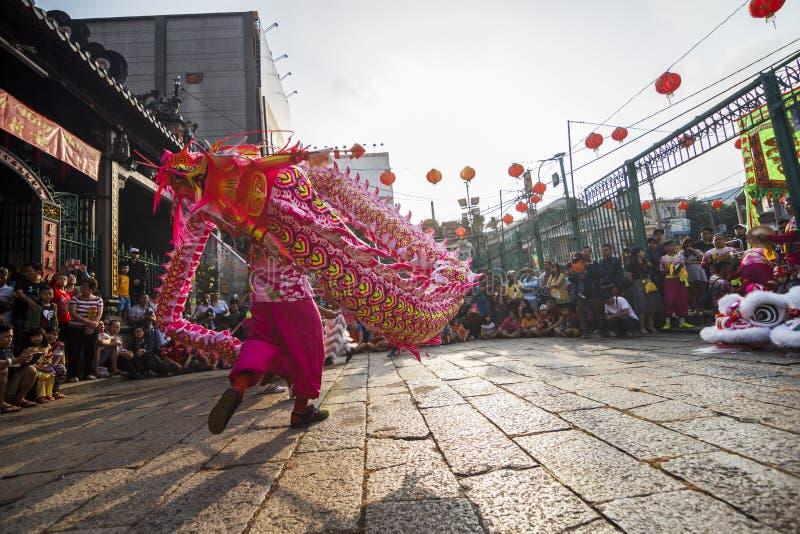 SAIGON, VIETNAM - 15 februari, 2018 - Draak en leeuwdans toont in Chinees nieuw jaarfestival stock foto's