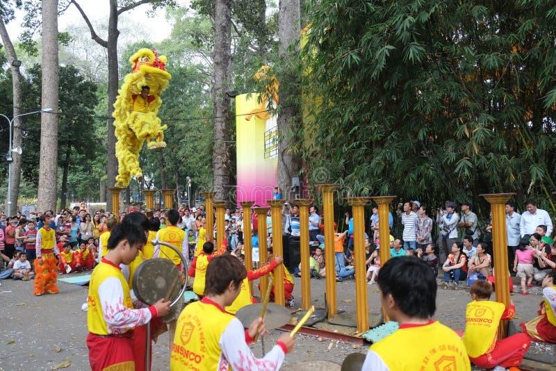Saigon, Vietnam - 03 Februari 2014: Leeuw die op bloempijlers Mai Hoa Thung in Tao Dan Park bij het Maannieuwjaar dansen stock afbeelding