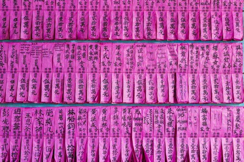 SAIGON, VIETNAM - 13 februari, 2018 - Mensennamen op roze uitstekend document in de Pagode van Thien Hau, gewijd aan het Chinese  royalty-vrije stock fotografie