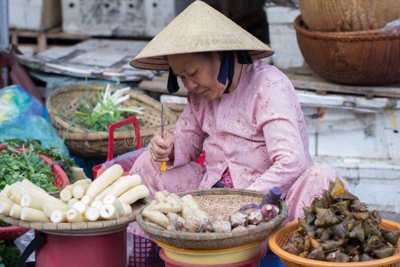 Saigon, Vietnam - juin 2017 : femme vendant des légumes sur le marché en plein air, Saigon, Vietnam image stock