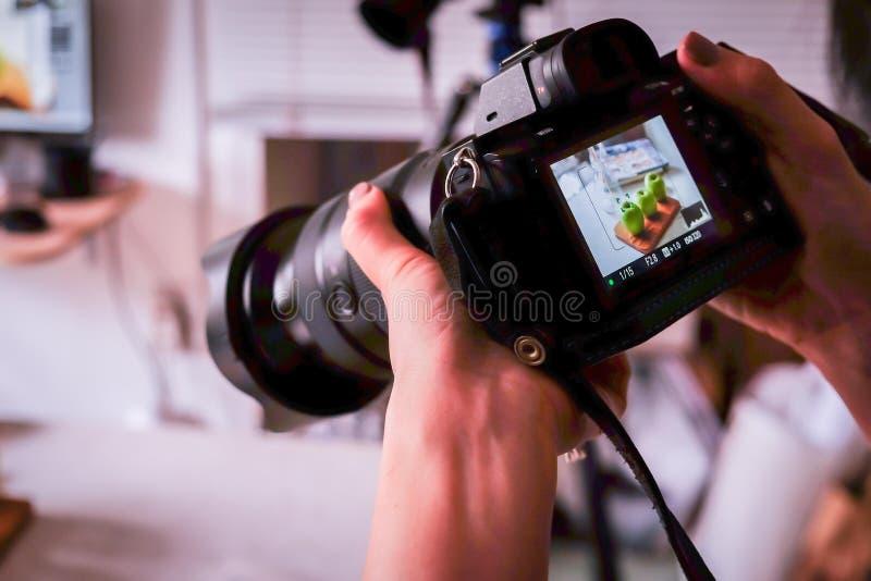 Saigon/Vietnam, 13 Juli 2018 - en fotograf som tar matfoto med DSLR-kameran i en matstudio fotografering för bildbyråer