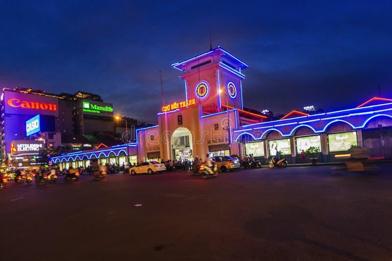 SAIGON, VIETNAM - JUNI 05, 2016 - Ben Thanh-markt 's nachts, de markt is één van de vroegste overlevende structuren in Saigon en stock afbeeldingen