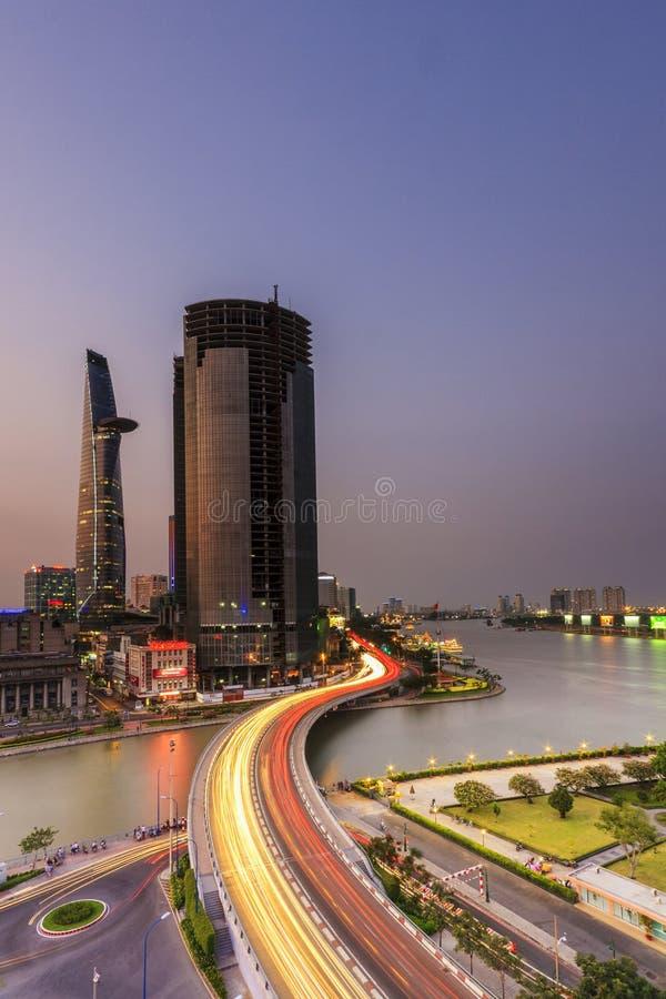 SAIGON, VIETNAM - JUNI 26, 2015: Cityscape van de brug van Ho Chi Minh Ciy en Khanh Hoi- royalty-vrije stock afbeelding