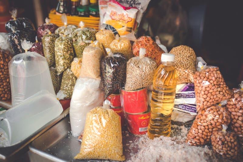 SAIGON, VIETNAM, AM 26. JUNI 2016: Lebensmittel auf Straße stockbilder