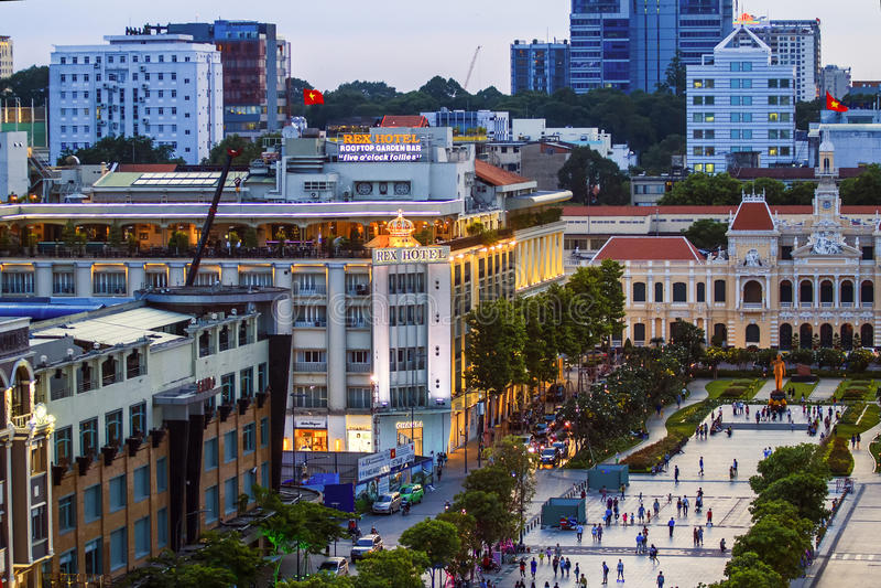 SAIGON, VIETNAM - 27. Mai 2016 - Nguyen Hue-Straße, die mit vielen luxuriösen Teleshops und modernen Bürogebäuden geht Es stockfotos