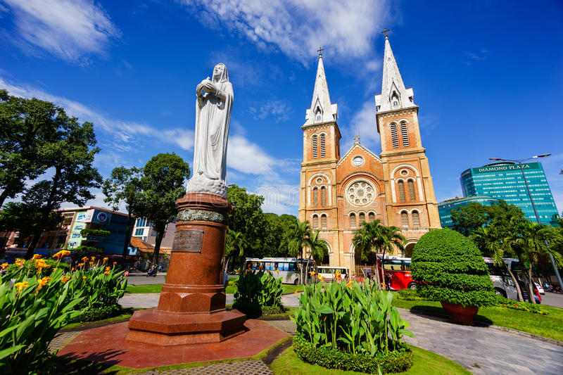 SAIGON, VIETNAM - 07 November 2014: Notre Dame Cathedral Vietnamese: Nha Tho Duc Ba, bouwt 1883 in Ho Chi Minh-stad in stock foto's