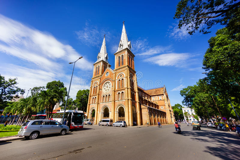 SAIGON, VIETNAM - 07 November 2014: Notre Dame Cathedral Vietnamese: Nha Tho Duc Ba, bouwt 1883 in Ho Chi Minh-stad in stock afbeeldingen
