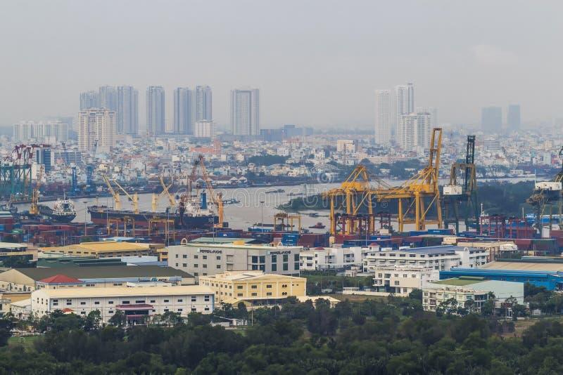 SAIGON, VIETNAM - OKTOBER 2, 2015: Een containerschip in Cat Lai New Port, een deel van Saigon-Haven Tegen 2013, Saigon-is de Hav royalty-vrije stock foto's
