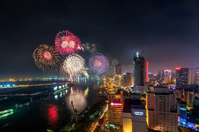 SAIGON VIETNAM - OKTOBER 02, 2014 - horisont med fyrverkerier tänder upp himmel över affärsområde i Ho Chi Minh City royaltyfria bilder