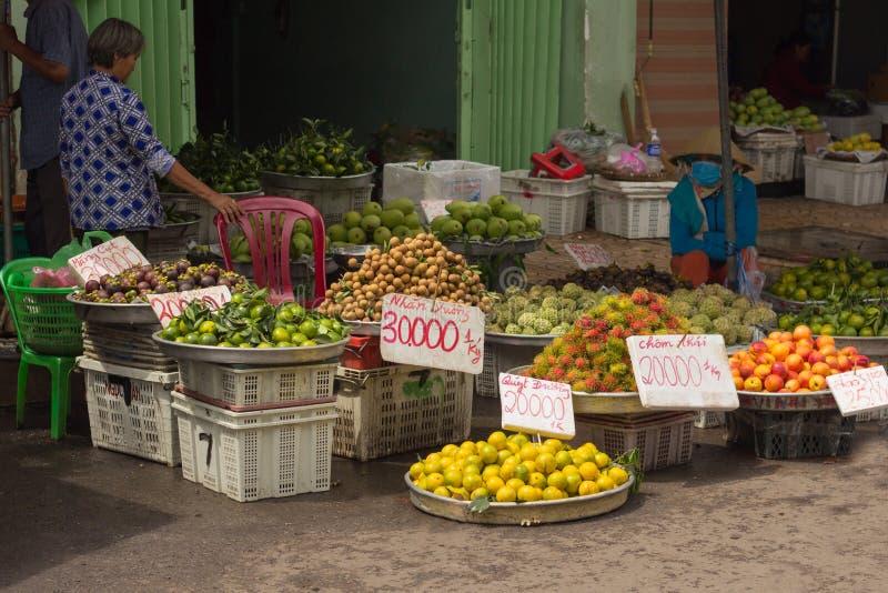 Saigon Wietnam, Czerwiec, - 30, 2017: Kobiety sprzedawania owoc na ulicie, Saigon, Wietnam zdjęcie stock