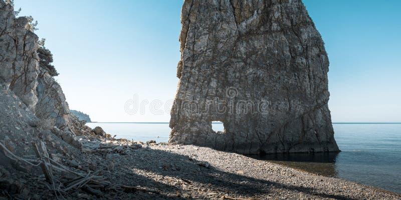 Sail Rock na praia, paisagem marítima pitoresca Mar Negro, Região de Krasnodar, Cáucaso do Norte, Rússia fotos de stock royalty free