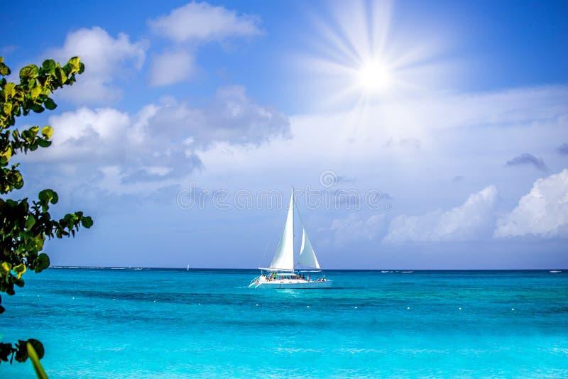 Sailboat έξω σε μια όμορφη ωκεάνια άποψη στοκ φωτογραφίες