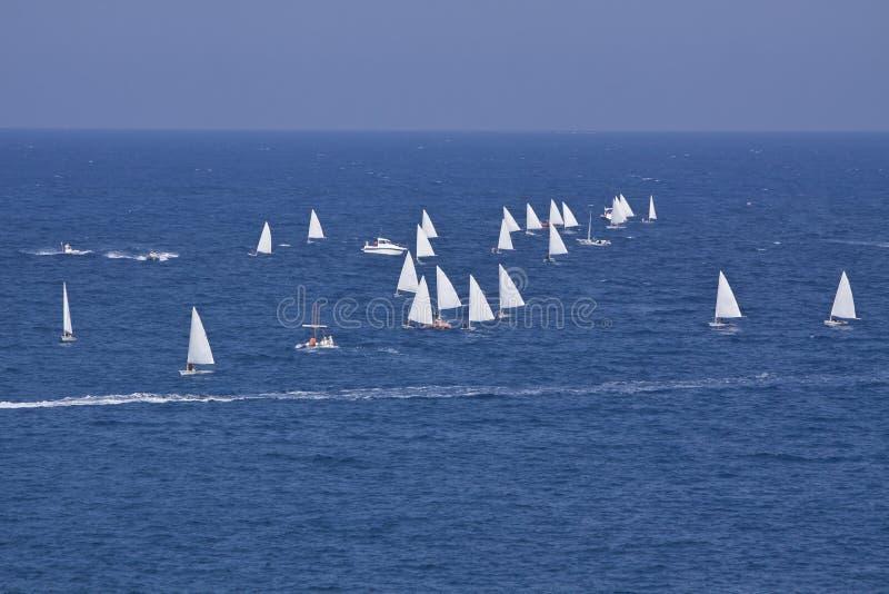 Sailboat αθλητικό regatta στο μπλε ωκεάνιο καλοκαίρι νερού στοκ εικόνες