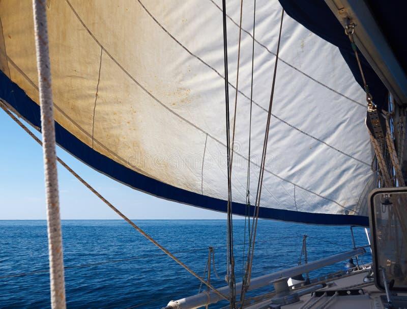 Sailboat γιοτ πλέοντας Sailboat στον μπλε ωκεανό στοκ φωτογραφίες με δικαίωμα ελεύθερης χρήσης