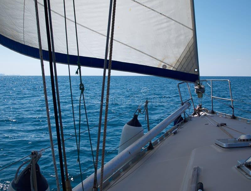 Sailboat γιοτ πλέοντας Sailboat στον μπλε ωκεανό στοκ φωτογραφίες