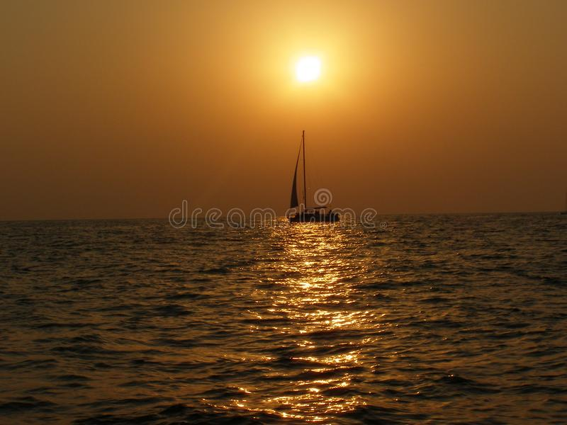 Sailboat θάλασσας στο ηλιοβασίλεμα στοκ φωτογραφία με δικαίωμα ελεύθερης χρήσης