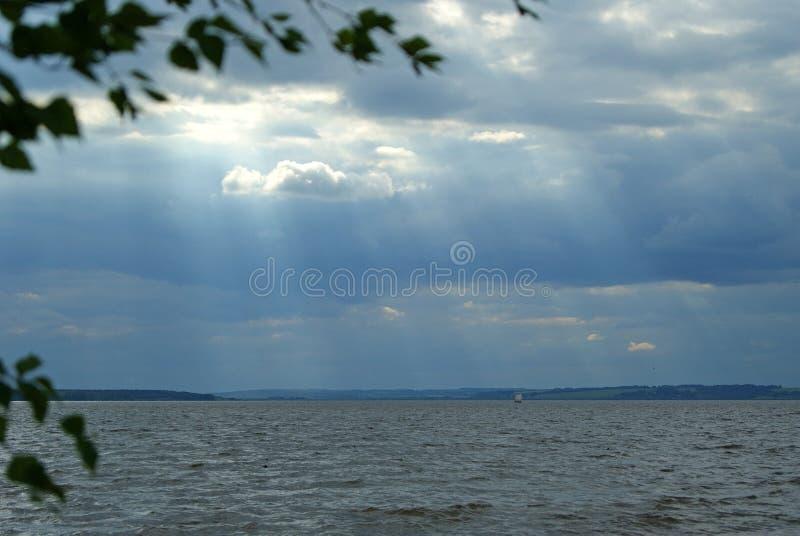 Sailboat κάτω από έναν θυελλώδη ουρανό στοκ φωτογραφίες