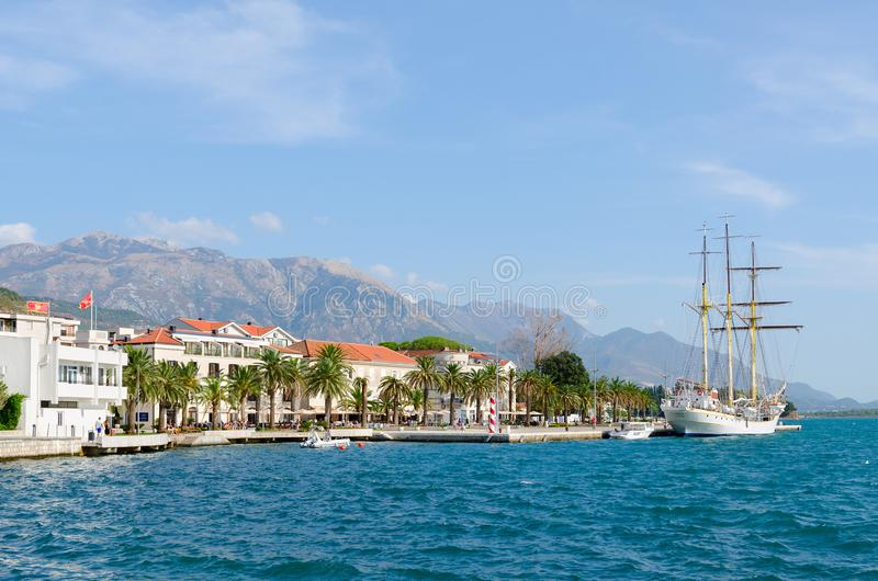 Sailboat κοντά στην προκυμαία της δημοφιλούς παραθεριστικής πόλης Tivat, Μαυροβούνιο στοκ εικόνες