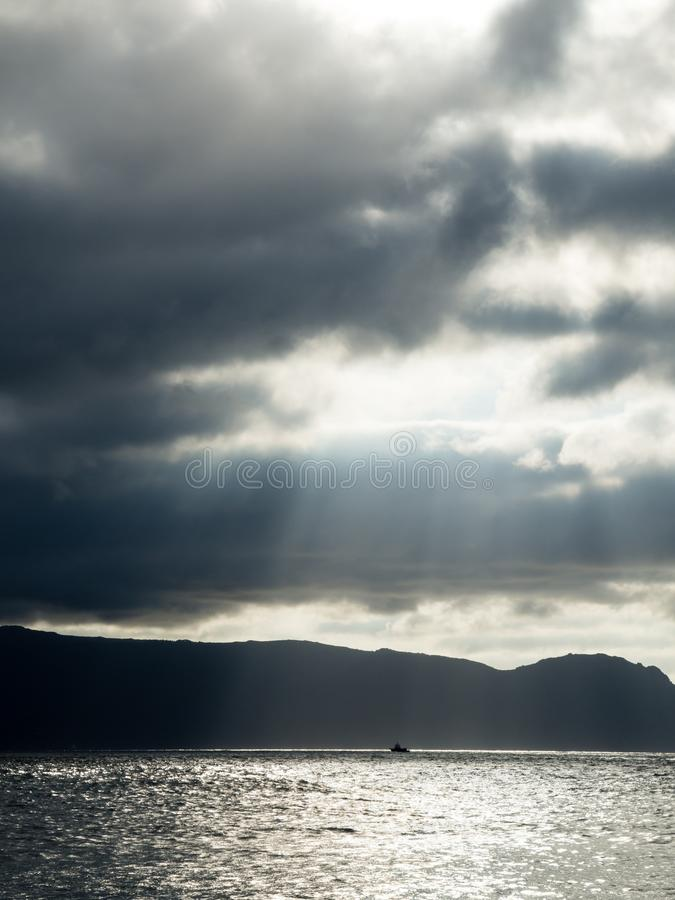Sailboat μεταξύ των φω'των και των σκιών στοκ φωτογραφία με δικαίωμα ελεύθερης χρήσης