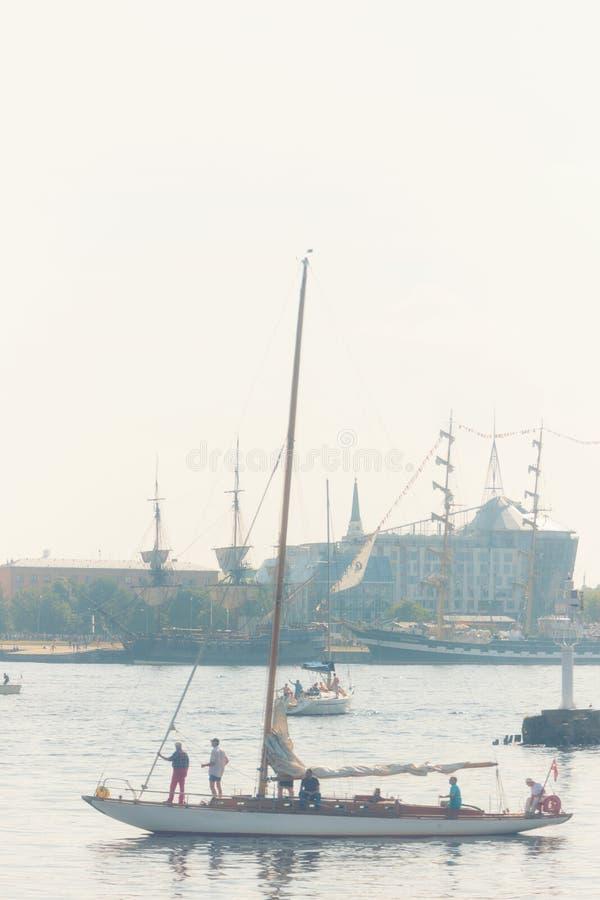 Sailboat μια καυτή θερινή ημέρα στο regatta στον ποταμό Daugava στοκ φωτογραφία