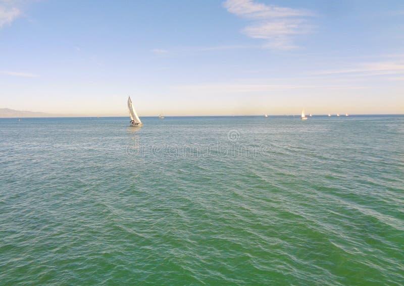 Sailboat που πλέει με ένα θερμό απόγευμα ανοίξεων σε παράκτια Καλιφόρνια στοκ φωτογραφία με δικαίωμα ελεύθερης χρήσης