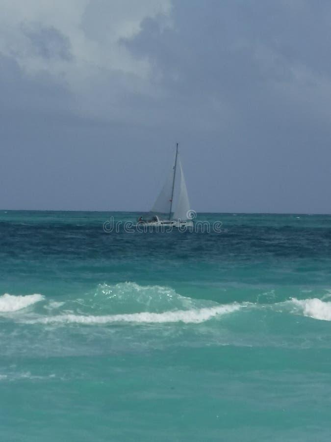 Sailboat που πλέει με τον ωκεανό στοκ φωτογραφίες με δικαίωμα ελεύθερης χρήσης
