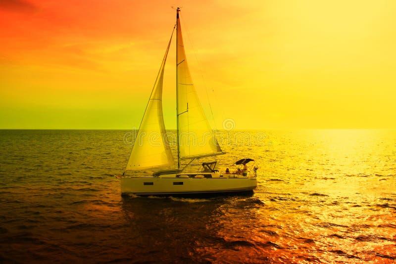 Sailboat που πλέει με τη Μεσόγειο στοκ εικόνες με δικαίωμα ελεύθερης χρήσης