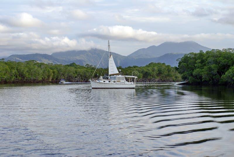 Sailboat σε έναν κόλπο στοκ φωτογραφίες με δικαίωμα ελεύθερης χρήσης