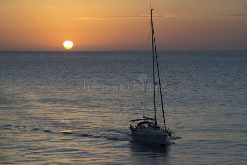 Sailboat σπίτι τίτλων στο ηλιοβασίλεμα Καντίζ Ισπανία στοκ φωτογραφία με δικαίωμα ελεύθερης χρήσης