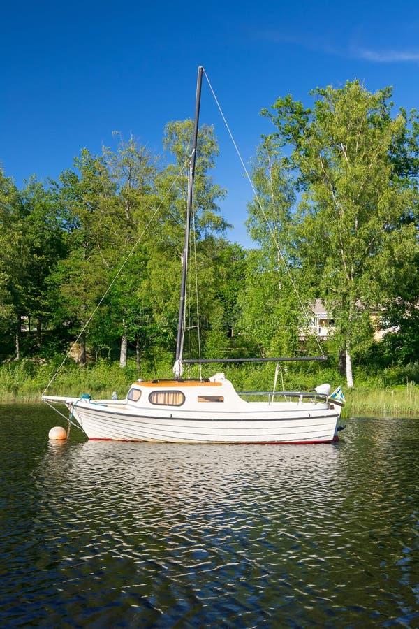 Sailboat στη λίμνη στοκ φωτογραφία με δικαίωμα ελεύθερης χρήσης