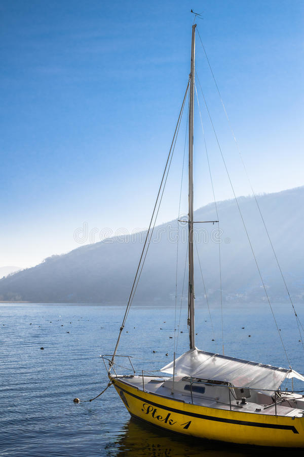Sailboat στη λίμνη στοκ φωτογραφία