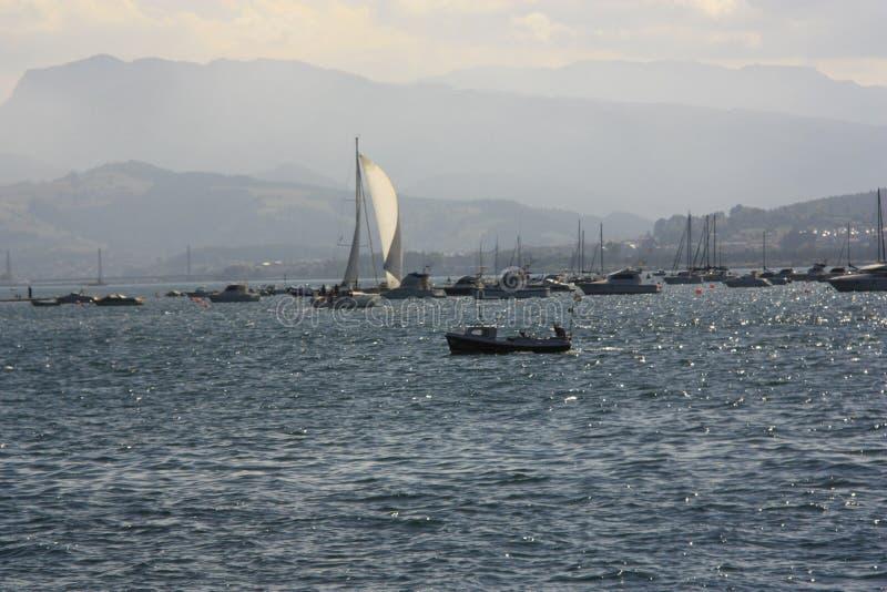 Sailboat στη θάλασσα, Cantabria στοκ φωτογραφίες