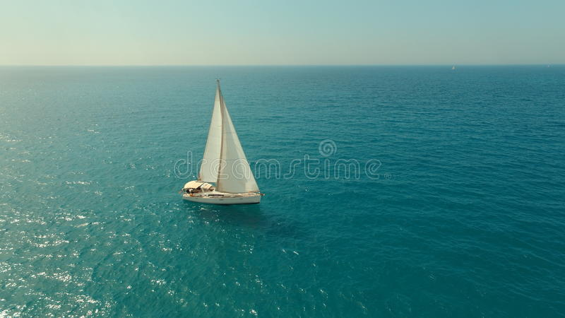 Sailboat στη θάλασσα στοκ εικόνες με δικαίωμα ελεύθερης χρήσης