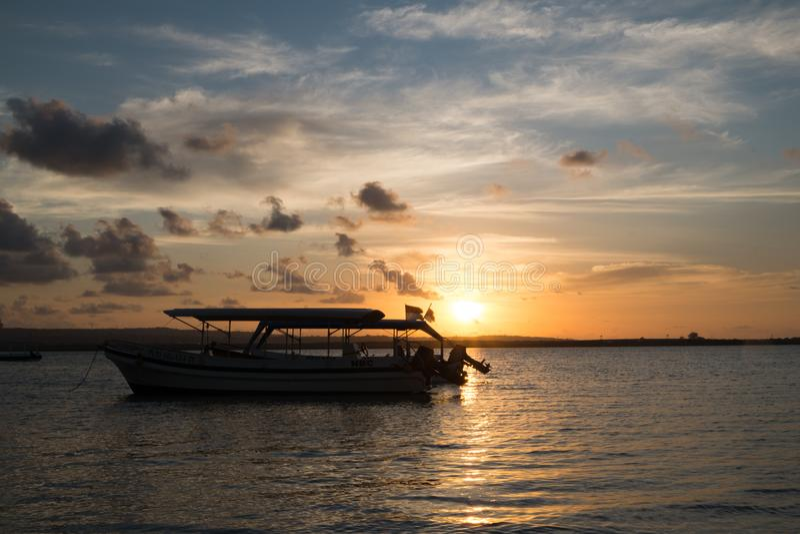 Sailboat στη μέση του ωκεανού στην ημέρα στοκ εικόνες